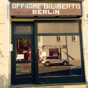 Spiegelnde Glasscheibe einer Ladenwerkstatt (©Anne Schüchner)