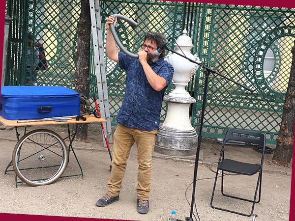 Xavi Lozano entlockt sogar einem Staubsauergerschlauch Töne (©Anne Schüchner)