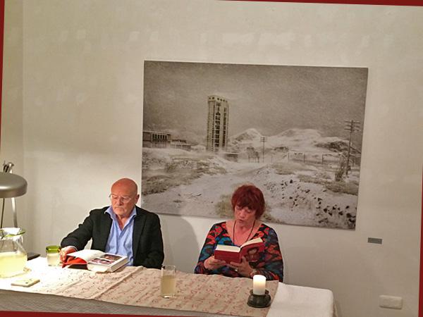 Regina Ziegler liset, begleitet von Volker Schlöndorff, links (Foto: Anne Schüchner)