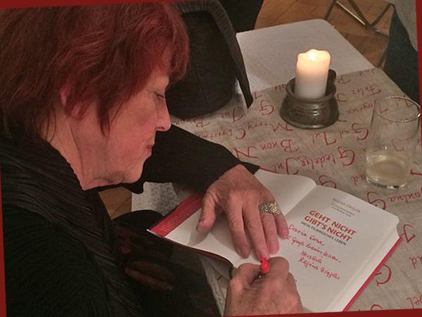 Regina Ziegler signiert ihr Buch (Foto: Anne Schüchner)