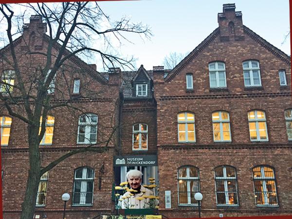 Museum Reinickendorf mit Hannach Höch Plakat, Collage (Foto Anne Schüchner)