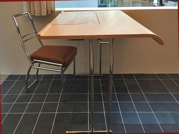 Schreibtisch, entworfen von Eileen Green (Foto: Anne Schüchner)