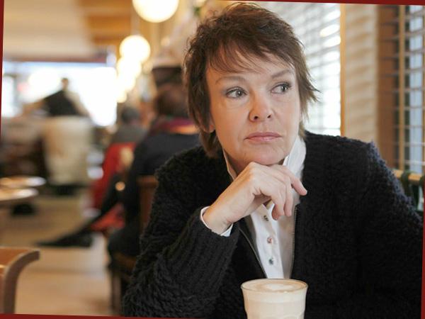 Katrin Sass im Café (© Edel Records)