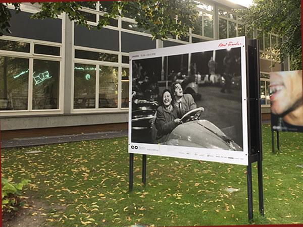 """Auffsteller zu """"Unseen"""" vor der CO Berlin (Foto: Anne Schüchner)"""
