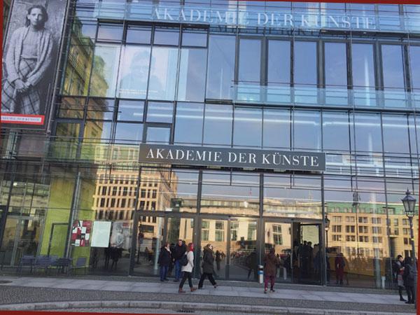 Akademie der Künste mit Ramona-Poster von Helga Paris (Foto: Anne Schüchner)