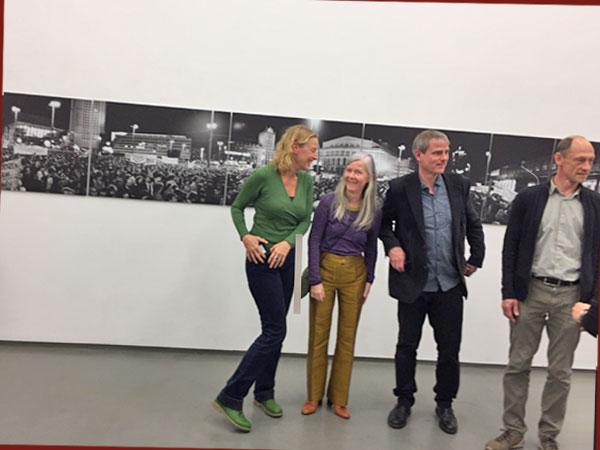Vier der Künstler vor dem Montagsdemo-Foto Leipzip 30.10.89 - Eva Bertram, Ina Schröder, Bertram Kober, Arne Reinhardt - v.l.n.r. (Foto: Anne Schüchner)