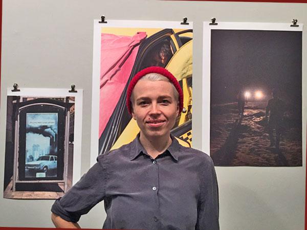 Jenny Hasselbach vor ihren Fotos (Foto: Anne Schüchner)