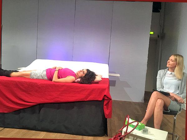 Javeh Asefdjah als Andrea und Constanze Behrends als Therapeutin Daniela (Foto: Anne Schüchner)