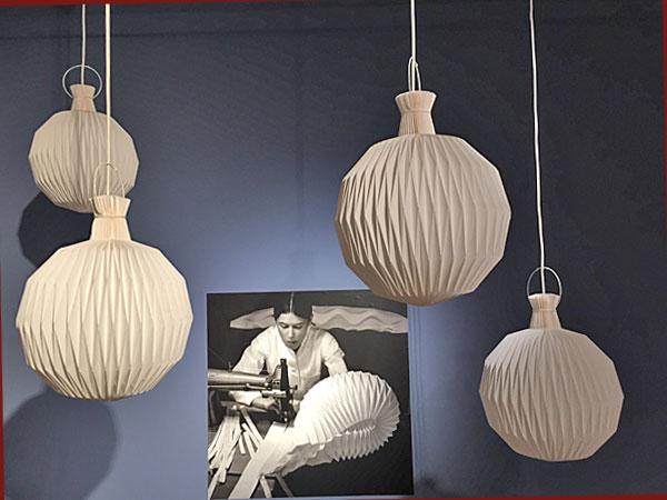 """Hängeleuchten Modell 101 """"Laterne"""" aus Papier, zusammengenäht (Foto: Anne Schüchner/© Heirs of Kaare Klingt 1944)"""
