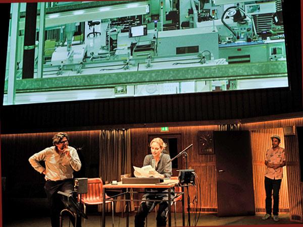 Bühnenszene aus 'Rückkehr nach Reims' (© Arno Declair)